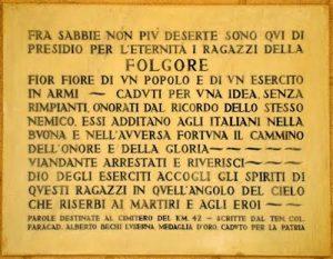 Corte d'Onore: targa commemorativa delle gesta degli Epici Ragazzi della Folgore.