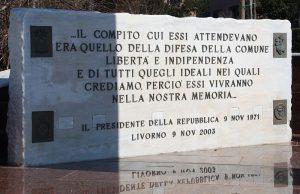 Particolare della dedica riportata su una pietra, sempre parte del monumento di via Dino Provenzal, a Livorno. Le parole sono un estratto del messaggio inviato dal presidente della Repubblica Saragat al ministro della difesa Mario Tanassi.